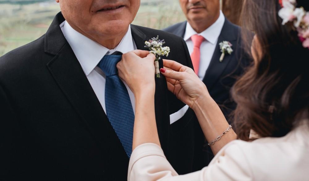 Flores en tu boda: prendidos para los hombres de tu vida