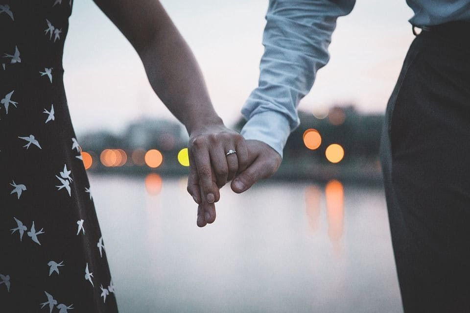 Dedo anillo compromiso